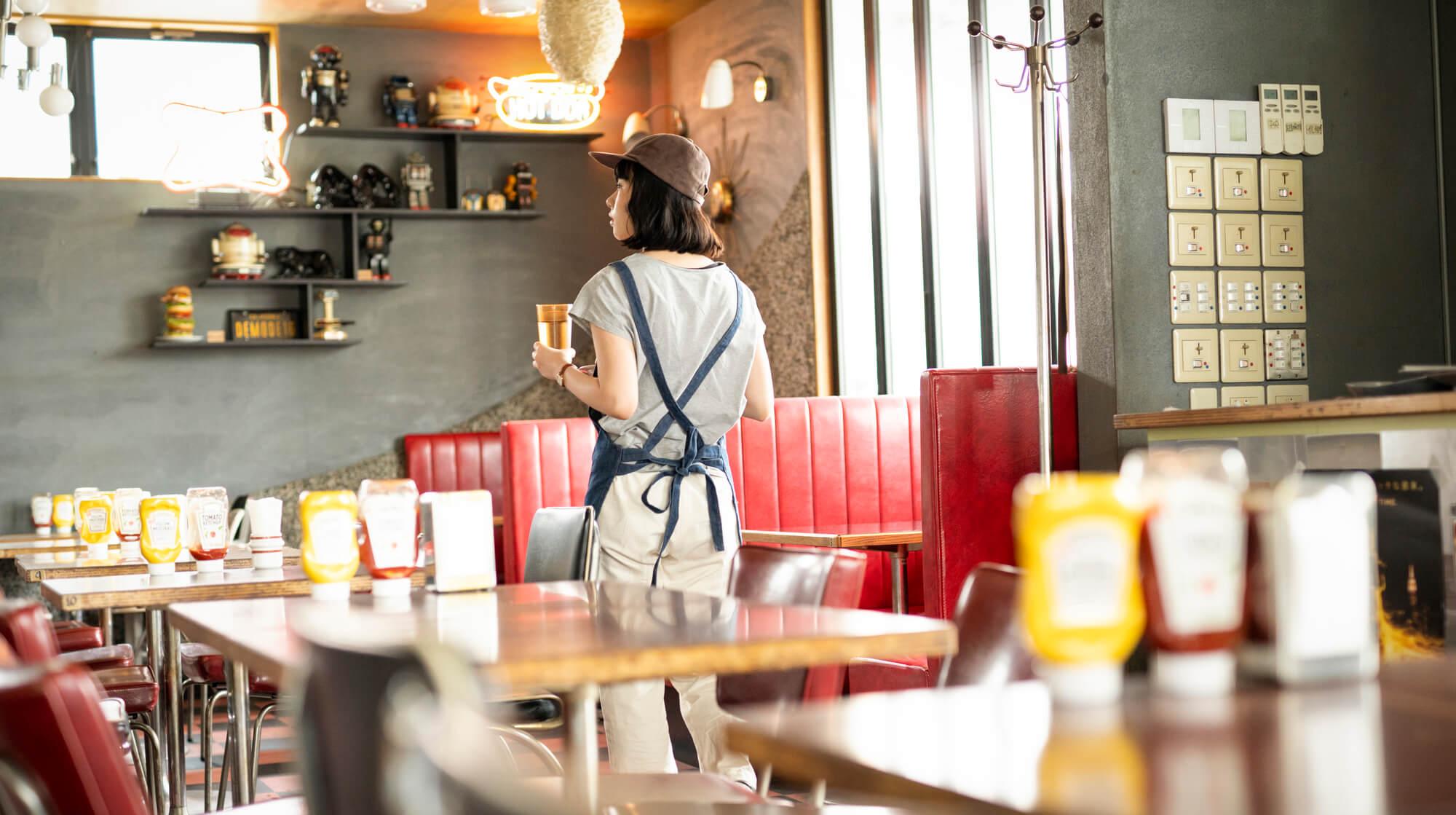 カフェで働く女性スタッフ